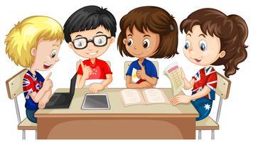 Garçons et filles travaillant en groupe