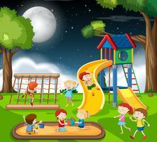 Enfants dans l'aire de jeux vecteur