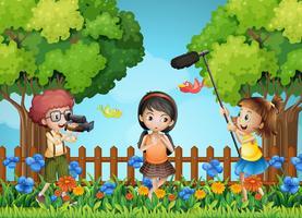 Enfants filmant une petite fille dans le parc vecteur