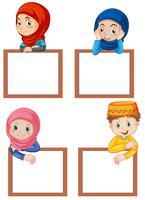 Un ensemble d'enfants musulmans et tableau blanc