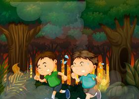 Garçons fuyant une forêt de feux de forêt