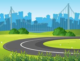 Route et parc avec des bâtiments de la ville en arrière-plan
