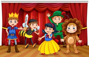 Cinq enfants dans des costumes différents sur scène vecteur