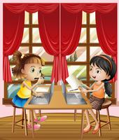 Deux filles travaillant sur un ordinateur portable