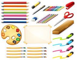 Set stationnaire avec des crayons de couleur et des objets d'art