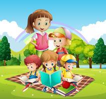 Enfants lisant des livres dans le parc