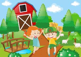Garçon et fille jouant dans la ferme