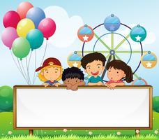 Enfants tenant un panneau vide