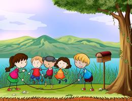 Enfants jouant près de la boîte aux lettres en bois vecteur