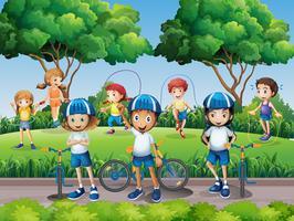Enfants faisant de l'exercice dans le parc