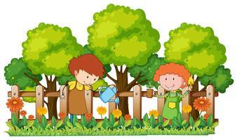Enfants heureux, arrosage des plantes dans le jardin