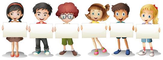 Six enfants avec des panneaux de signalisation vides vecteur