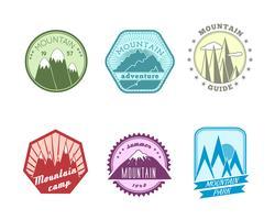 Collection d'étiquettes de montagnes enneigées vecteur