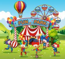 Clowns heureux dans le parc de loisirs