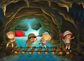 Boy scout explorant la grotte