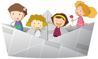 Enfants heureux à cheval sur un bateau en papier