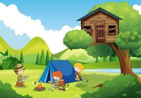Boys-scouts campant dans les bois