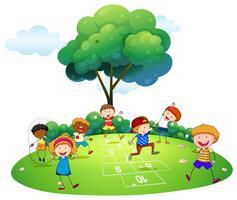 Beaucoup d'enfants jouant à la marelle dans le parc