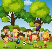 Enfants jouant à des jeux et au sport dans un parc vecteur