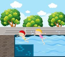 Deux enfants nageant dans la piscine