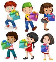 Garçons et filles avec des boîtes à cadeaux
