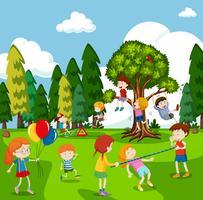 De nombreux enfants jouent à des jeux dans le parc vecteur