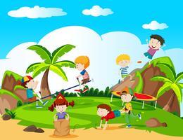 Joyeux enfants jouant dans une aire de jeux vecteur