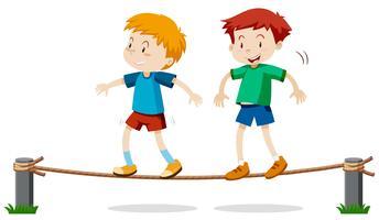 Deux garçons sur la corde d'équilibre