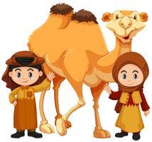 Garçon et fille debout avec chameau vecteur