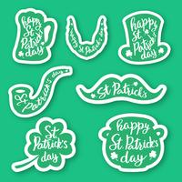 Ensemble de sept emblèmes autocollants avec lettrage: trèfle en feuille, chope de bière, moustaches, barbe, chapeau, pipe, pot de pièces d'or.