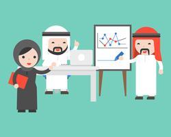 Homme d'affaires arabe écrit un graphique, utilise un ordinateur portable, discute et organise une conférence sur le chiffre d'affaires de l'entreprise