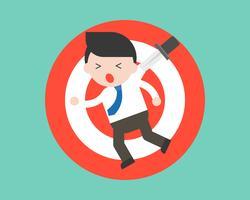 Homme d'affaires suspendu à un jeu de fléchettes à cause d'un couteau, situation de crise économique