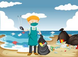 Un homme nettoie la plage