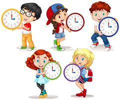 Enfants tenant une horloge sur fond blanc vecteur