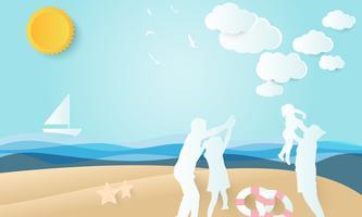 famille heureuse, père et mère jouent avec la fille sur la plage, fond de l'été