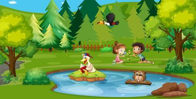 Garçon et fille jouant au bord de l'étang