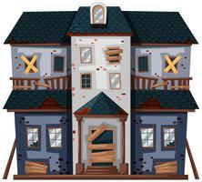 Vieille maison avec portes et fenêtres cassées