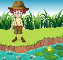 Un garçon sérieux au bord de la rivière