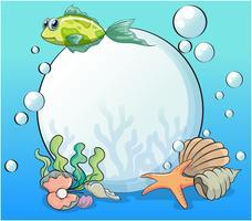 Une perle dans l'océan entourée de créatures marines
