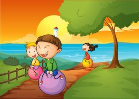 Joyeux enfants jouant avec les balles rebondissantes