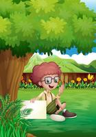 Un jeune garçon sous l'arbre avec une signalisation vide