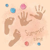 Fête d'été à la plage avec empreinte de pas sur le sable au bord de la mer. Style de dessin à la main