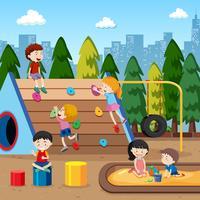 Enfants jouant sur le terrain de jeu vecteur