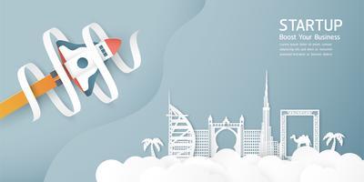 Illustration vectorielle avec concept de démarrage en papier découpé, style artisanal et origami. La fusée vole sur le ciel bleu. Modèle de conception pour la bannière web, affiche, couverture, publicité. Artisanat 3D pour les enfants.