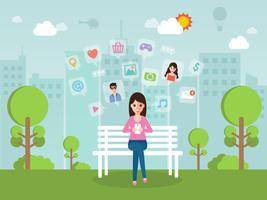 Jeune femme bavardant en ligne sur un réseau social avec smartphone.