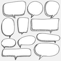 Ensemble de bulles dessinés à la main. Ballon de bande dessinée de style Doodle, éléments de conception en forme de nuage. vecteur