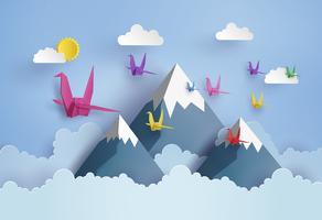 origami fait oiseau en papier coloré volant sur un ciel bleu