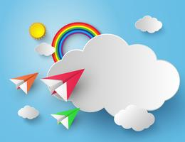 avion en papier sur le ciel bleu