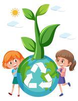 Fille tenant un globe recyclé
