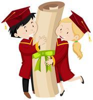Deux étudiants diplômés titulaires d'un diplôme géant